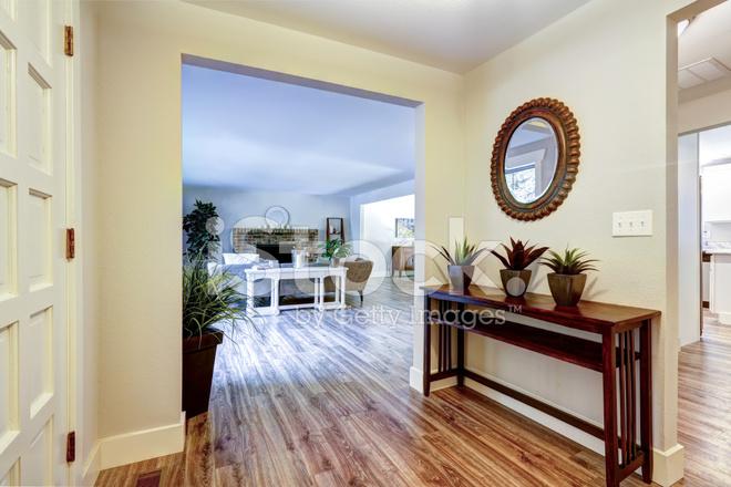 Corridoio d ingresso con tavolo e specchio fotografie stock
