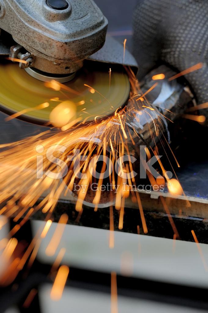 Arbeitnehmer Schneiden Metall Mit Schleifer Stockfotos Freeimages Com