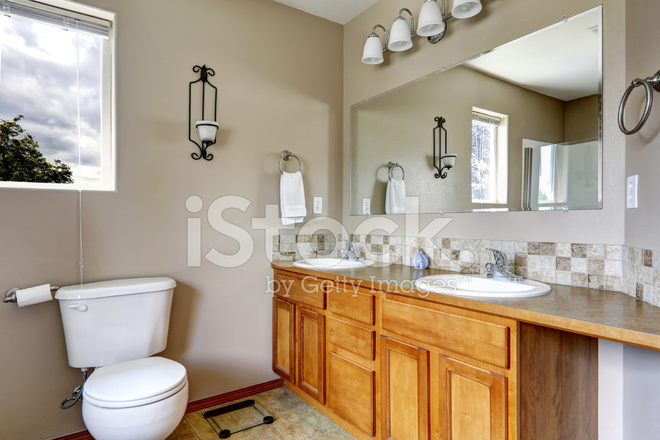 łazienka Z Dwoma Umywalkami I Dachówka Wykończenia Zdjęcia