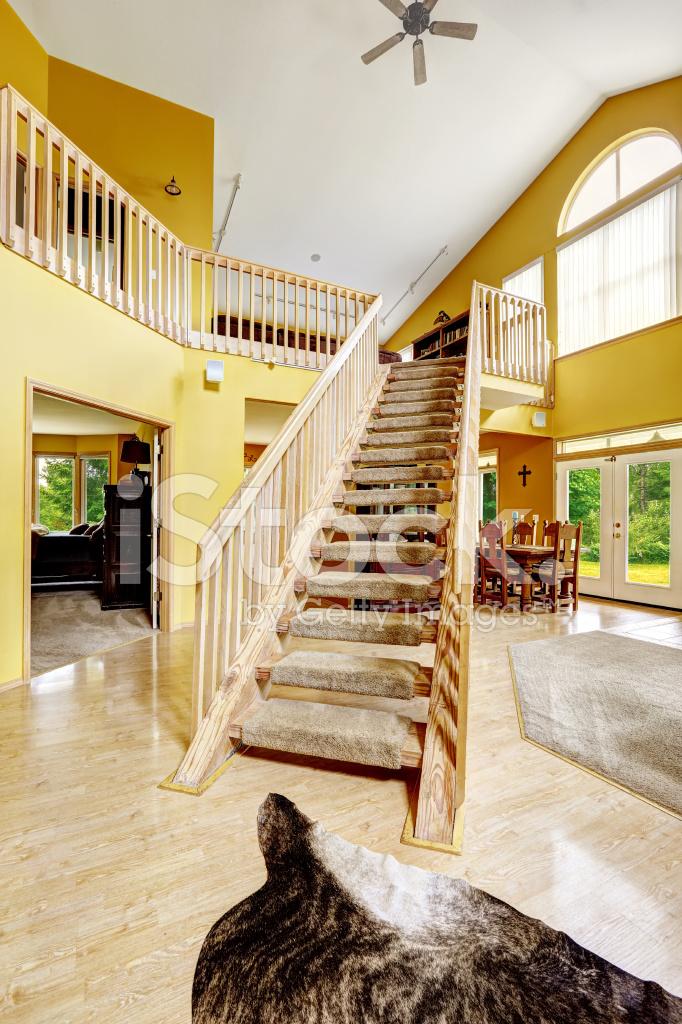 Interni di lusso casa con soppalco e scala in legno for Ville interni di lusso