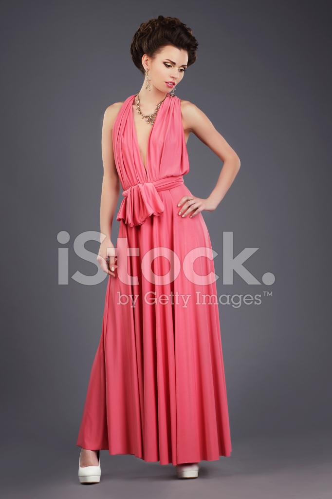 Elegante Morena En Rosa Vestido Festivo Fotografías de stock ...