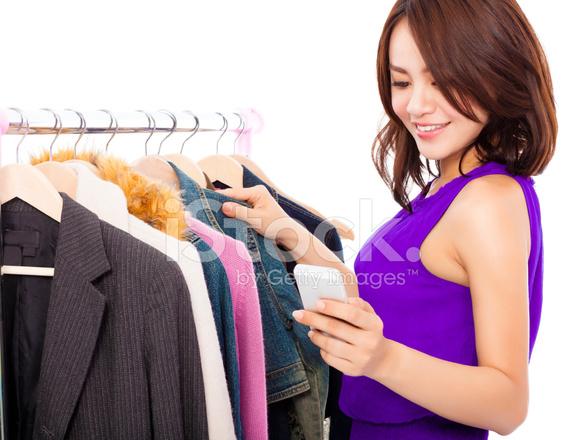 Donna Asiatica Felice Shopping Vestiti Con Un Telefono Cellulare ... 753044bef6a