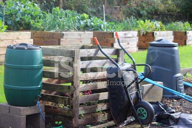 Mucchio Di Compost In Legno, Plastica Bidone Del Compost, Acqua Culo  Wheelbarro