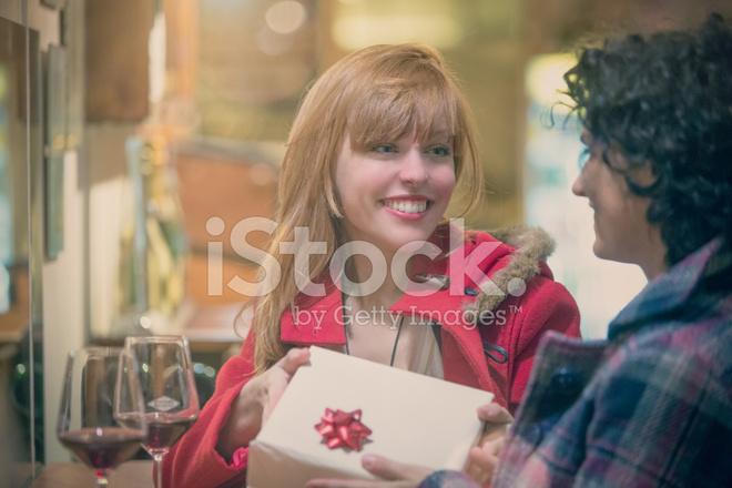 Regali Natale Per Coppia Di Amici.Giovane Coppia Di Amici In Cerca Di Regali Di Natale In Negozio