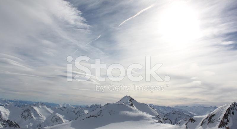 雪下的山峰