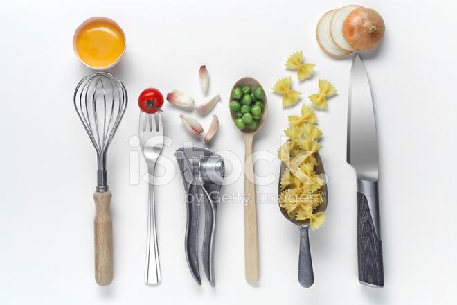 Utensili da cucina e cibi crudi su sfondo fotografie stock