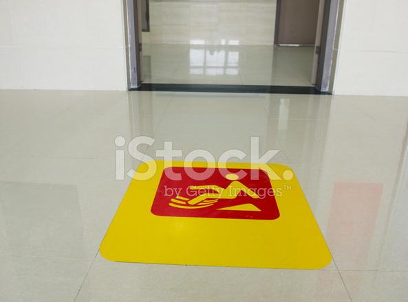 Segno di attenzione pavimento bagnato fotografie stock