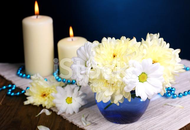 Piękne Chryzantemy Kwiaty W Wazonie Na Stole Zdjęcia Ze
