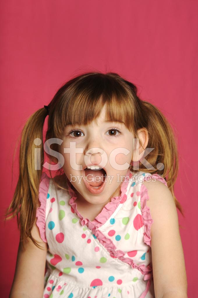 Hübsch Vier Jahre Altes Mädchen MIT Zöpfen UND Rosa Hintergrund ...