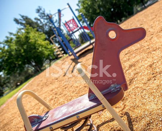 Klettergerüste Für Kinder : Rot schaukelpferd im sommer mit kinder klettergerüst stockfotos