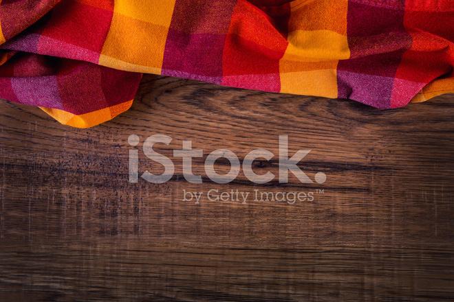 Bovenaanzicht van geruite servet op oude houten tafel stockfoto s