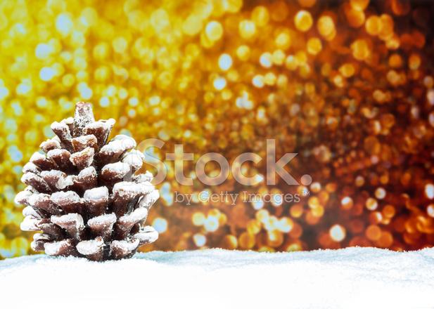 Albero Di Natale Con Neve E Giallo Di Sfondo Fotografie Stock