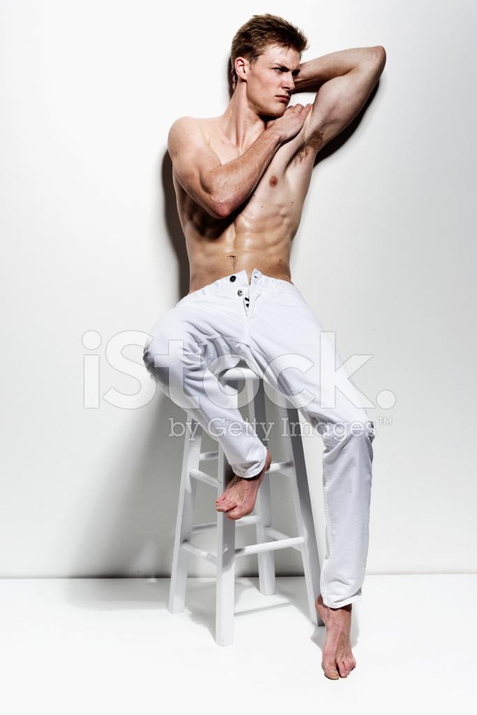 Nackter Oberkörper Muskulöse Mann Auf Stuhl & Wegsehen Stockfotos ...