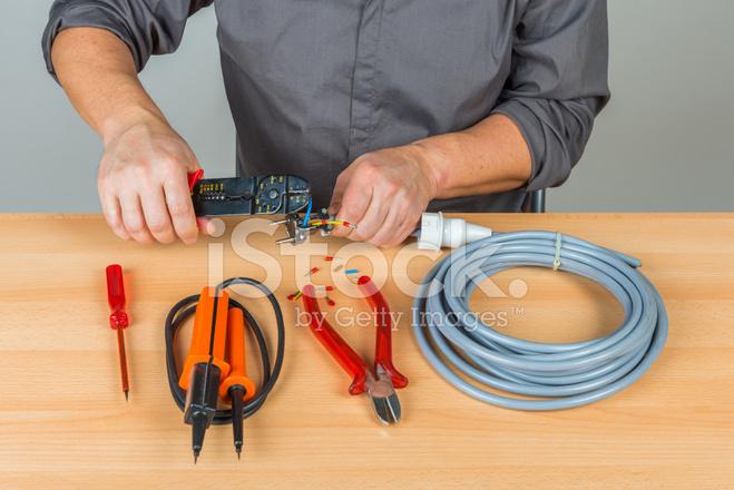 Elektriker Montage Einen Stecker AM Kabel Stockfotos - FreeImages.com