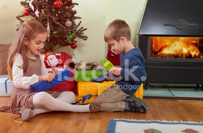 Regali Di Natale Fratello.Fratello E Sorella Aprendo I Regali Di Natale Fotografie Stock