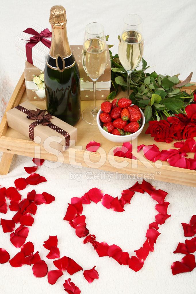 Bed Met Rozen.Romantische Stilleven Met Champagne Aardbei En Rozen Op Bed