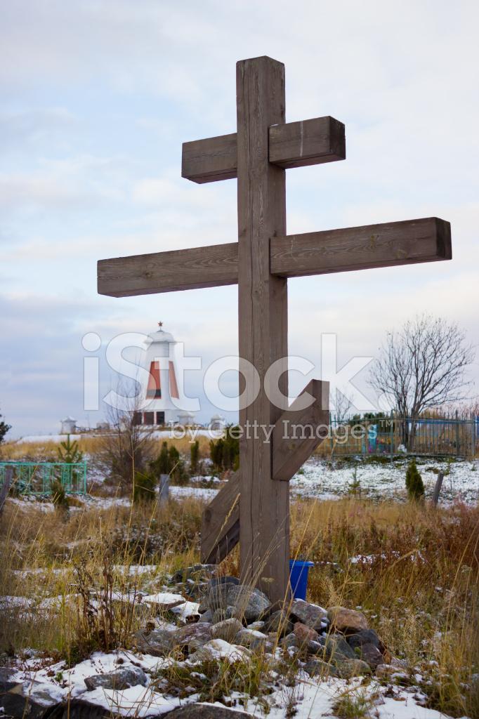 деревянный крест на старом поморское кладбище стоковые