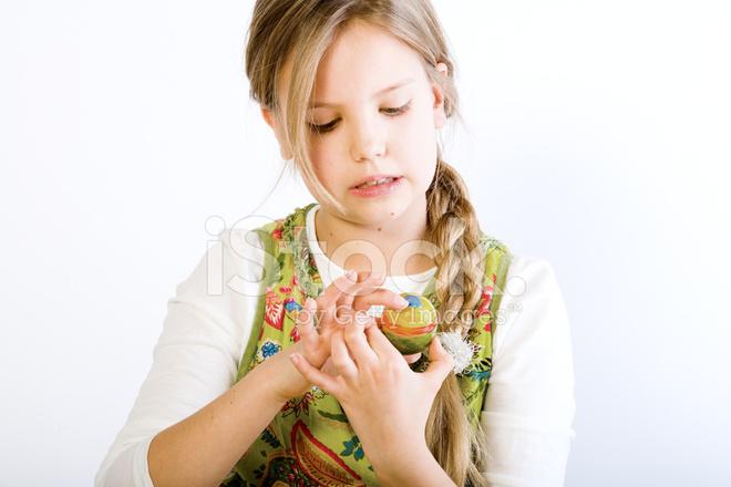 Genç Kız Examening Ona Easter Egg Boyama Stok Fotoğrafları