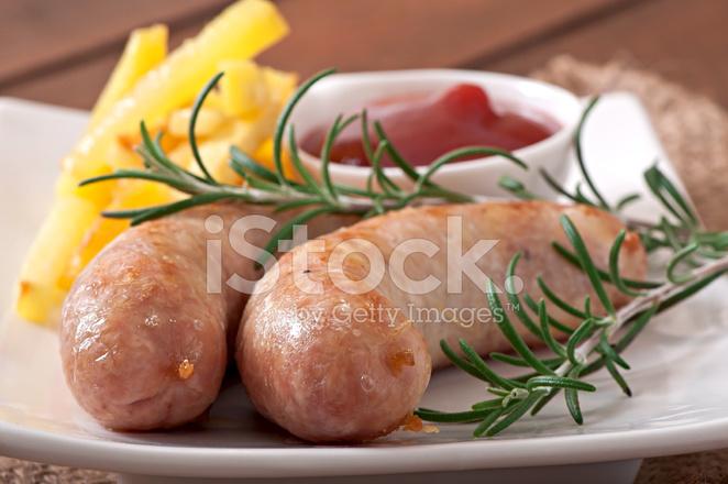 Kip Worst Gegrild Met Een Bijgerecht Van Franse Frietjes Stockfotos