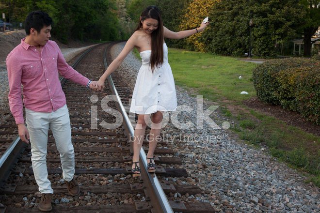 Pareja Jugando En Las Vias Del Tren Fotografias De Stock