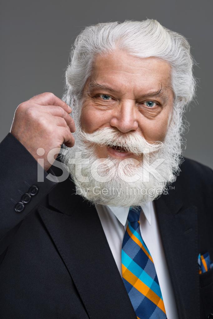 Retrato DE Homem Sênior Com Bigode E Barba Branca Fotos do acervo ... 48247f27990