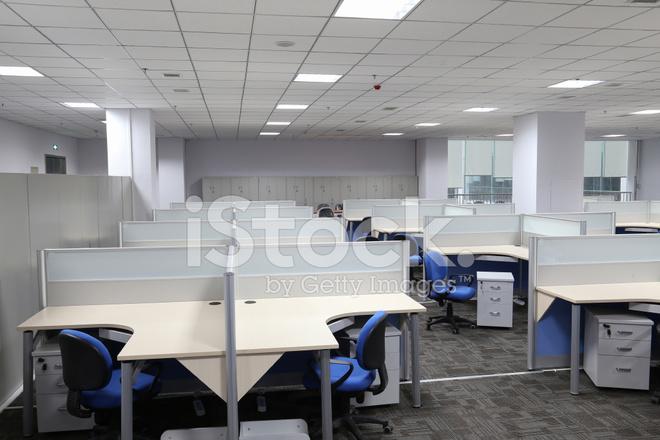 Tavolo Di Ufficio : Interno di ufficio moderna con tavolo e scrivania fotografie stock