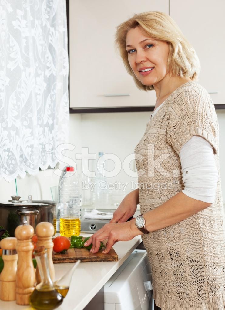 Mature housewife Sarah Bricks cooking something hot in kitchen № 259244 бесплатно