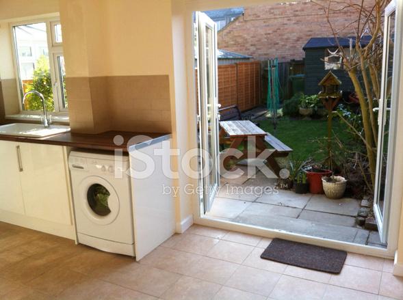 Moderne Küche Diner, Weiße Schränke, Waschmaschine, Terrasse ...