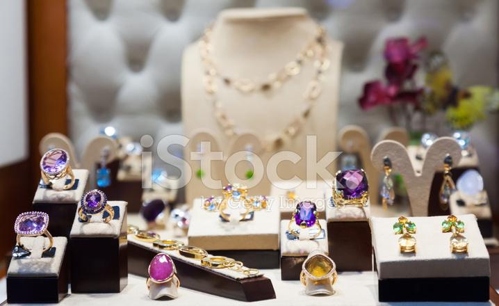 632df4d32287 Joyas DE Oro Con Piedras Preciosas En El Escaparate Fotografías de ...