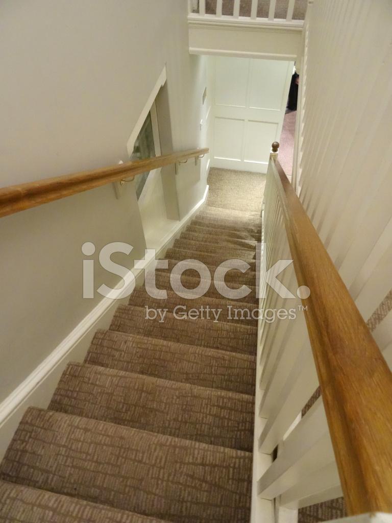 Bilden av lång trappa / trappor, mönstrad brun matta, trä ...
