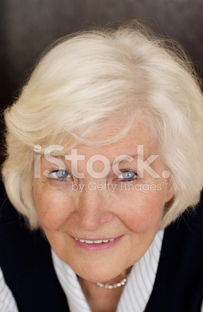 äldre kvinna söker
