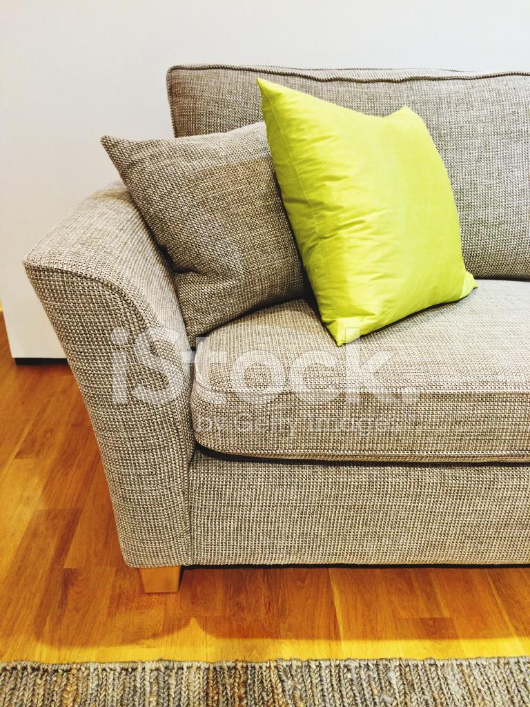 Grå soffa med kuddar i vardagsrummet stockfoton   freeimages.com