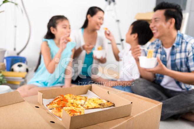 Familia Comiendo Pizza familia comiendo pizza fotografías de stock ...