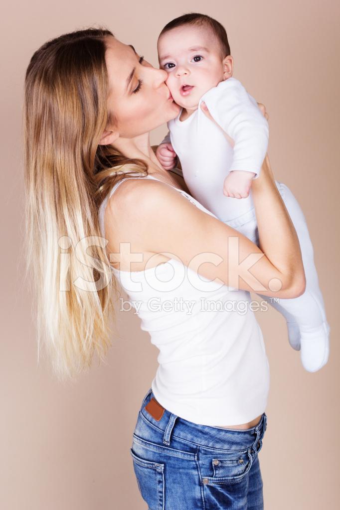 Молоденькую маму трахает ее сын