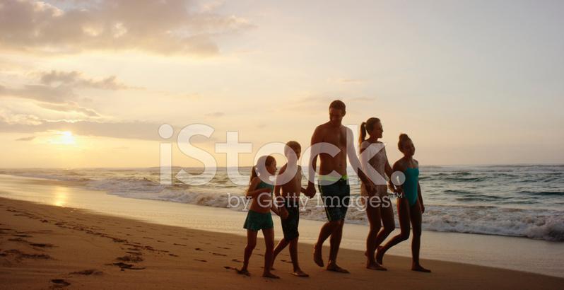 Смазливых семья на отдыхе фото вылизывать пизду эротический