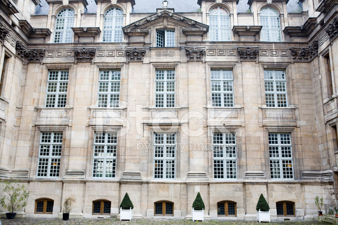 Old french apartment building in paris with courtyard for Consul windows