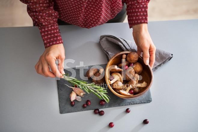 Closeup De Joven Ama De Casa Cocinando Setas