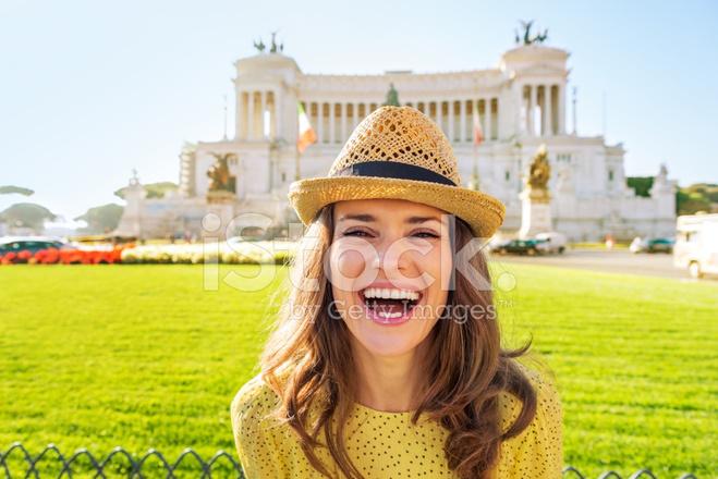 cb3646b44 Premium Stock Photo of Retrato DE Uma Mulher Sorridente NA Piazza Venezia  Em Roma