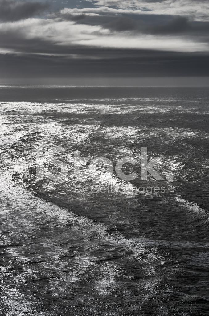 Onde Del Mare Nero Sfondo Bianco Superficiale Fotografie Stock