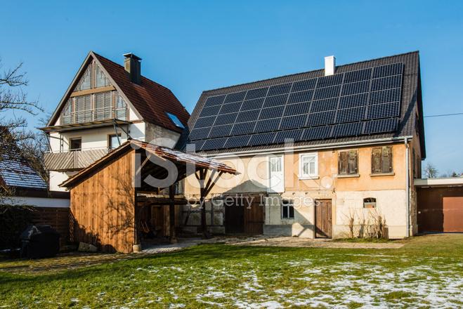Zonnepanelen op nieuwe dak van oude farmouse huis renovatie