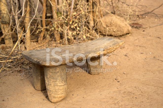 Sgabello a tre gambe in un cortile africano fotografie stock