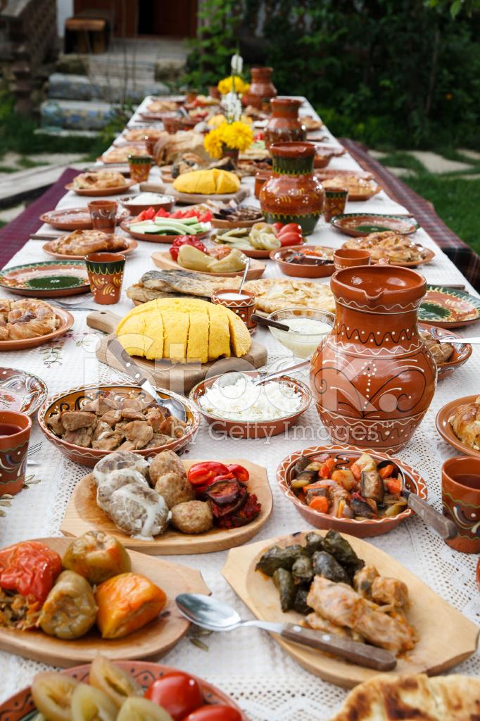 Tisch voller hausgemachte moldauisch essen unter freiem for Tisch essen