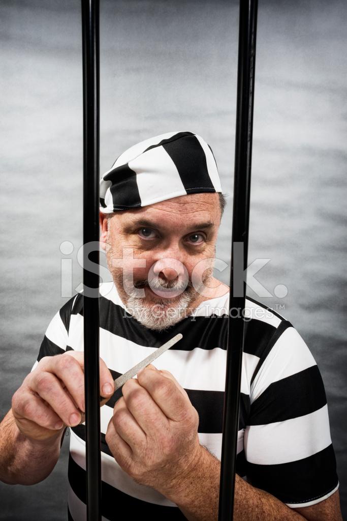 Hombre Blanco Envejecido Medio Archivando Las Uas En LA Crcel