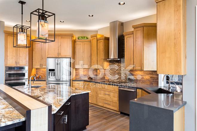 Schöne Küche Im Luxus Haus MIT Insel UND Edelstahl Stockfotos ...