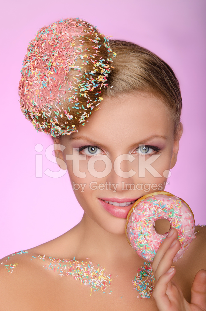 Charmante Frau Mit Kreative Frisur Aus Donut Stockfotos Freeimages Com