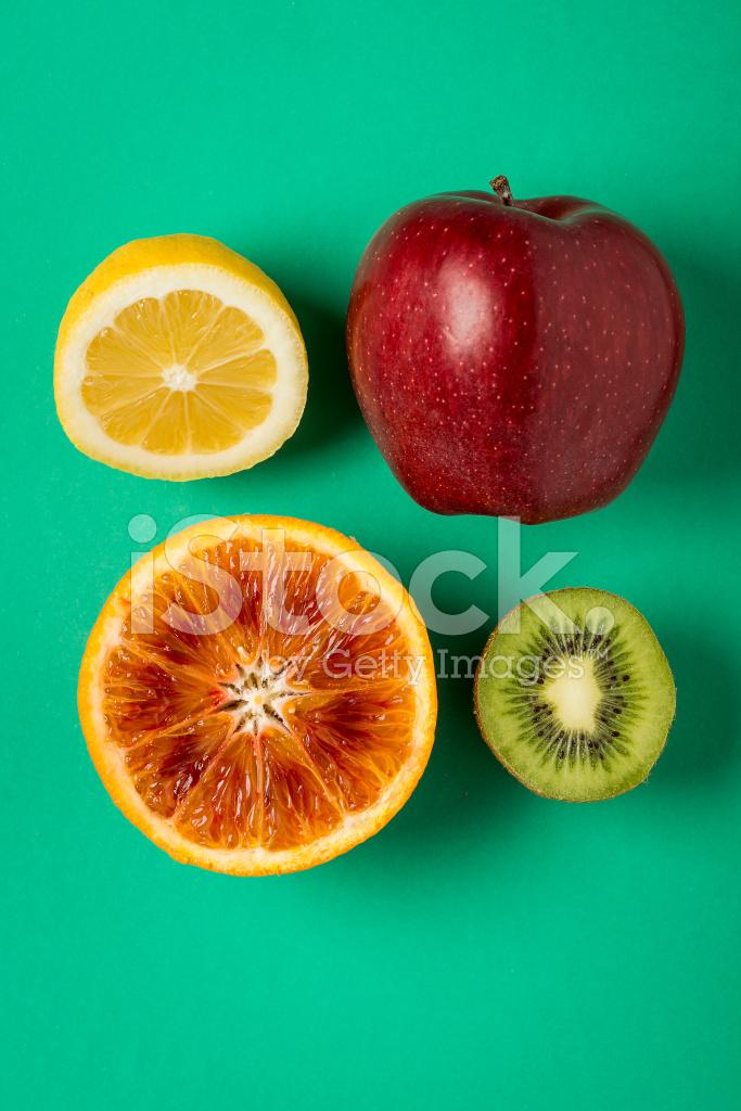 Arancio Limone Mela Rossa E Kiwi Su Sfondo Verde Fotografie Stock