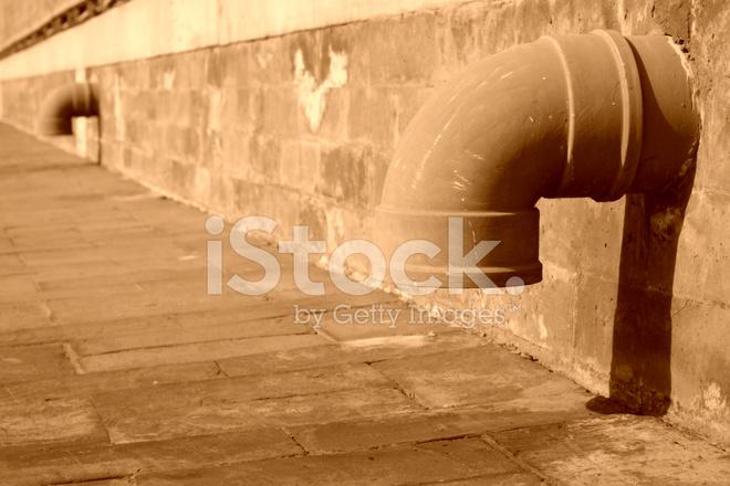 drainage rohr in der wand stockfotos. Black Bedroom Furniture Sets. Home Design Ideas