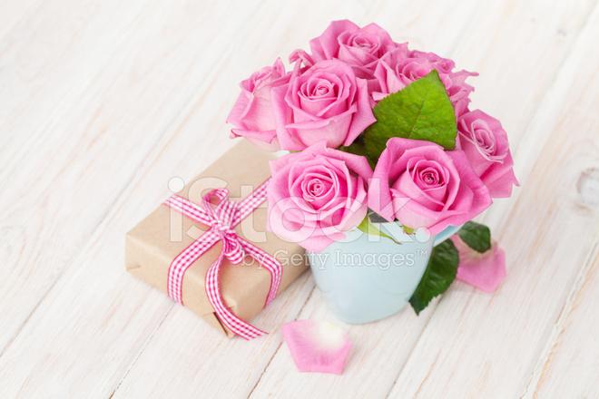 Valentinstag Rosen Bouquet Und Geschenk Box Stockfotos Freeimages Com