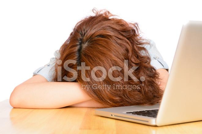 Fatigué de dormir femme asiatique sur le bureau photos