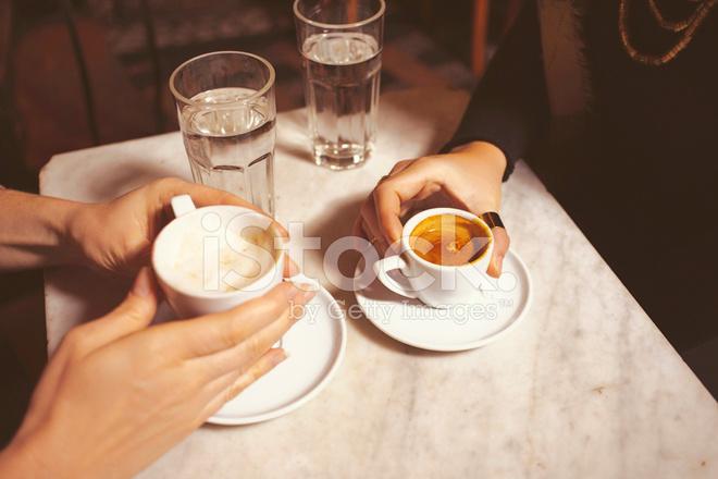 在一家咖啡馆里喝咖啡的两名年轻妇女 照片素材